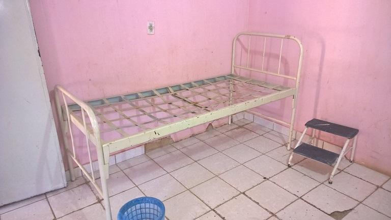 Mobiliário danificado foi encontrado nas unidades de saúde