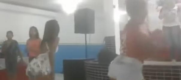 Igreja evangélica cria concurso de Funk Gospel e adolescentes rebolam até o chão na igreja