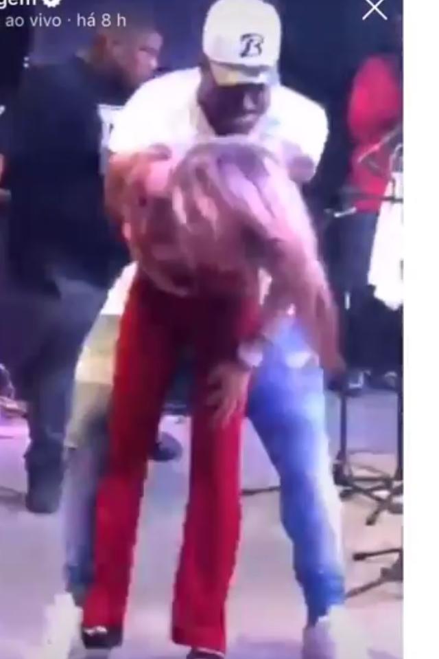 Dançarino de Ferrugem agarra de jeito mulher durante show