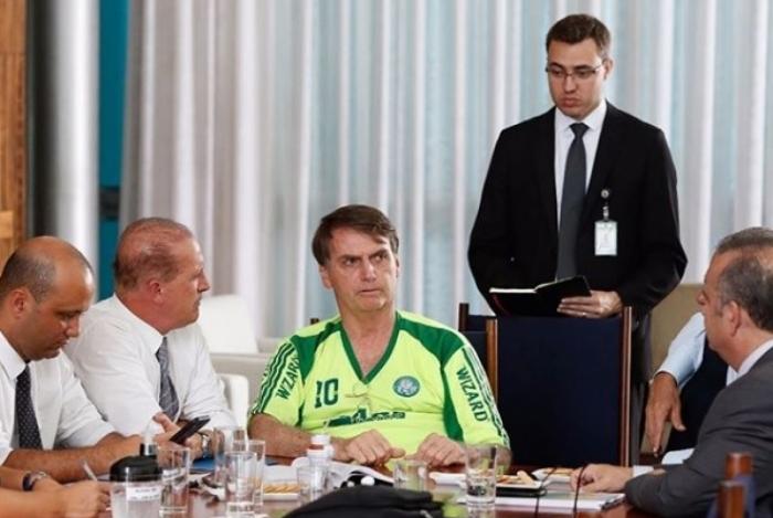 Bolsonaro posta foto usando camisa 'pirata' do Palmeiras durante reunião