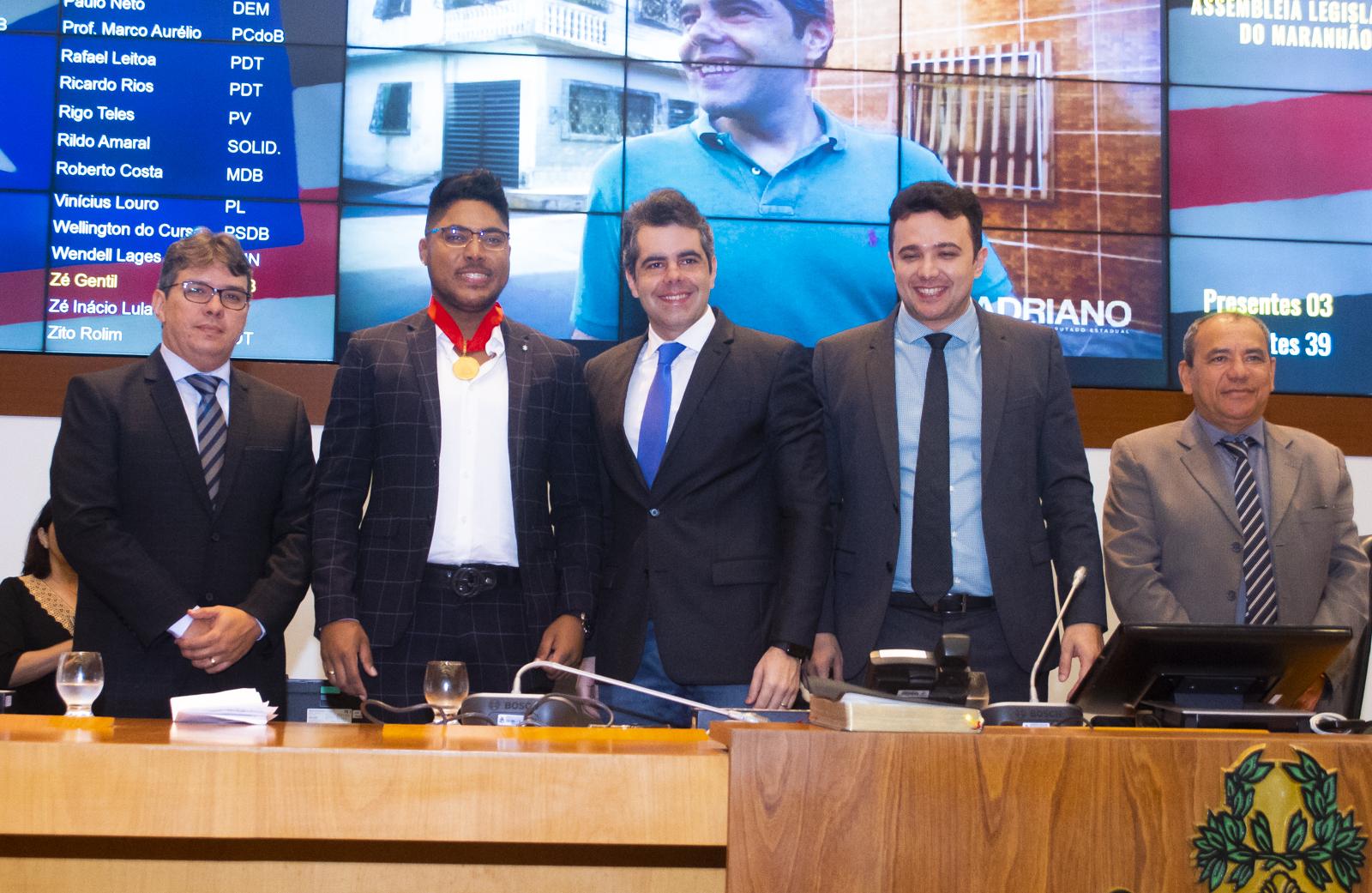 """Assembleia Legislativa concede a medalha """"João do Vale"""" ao cantor Bruno Shinoda"""