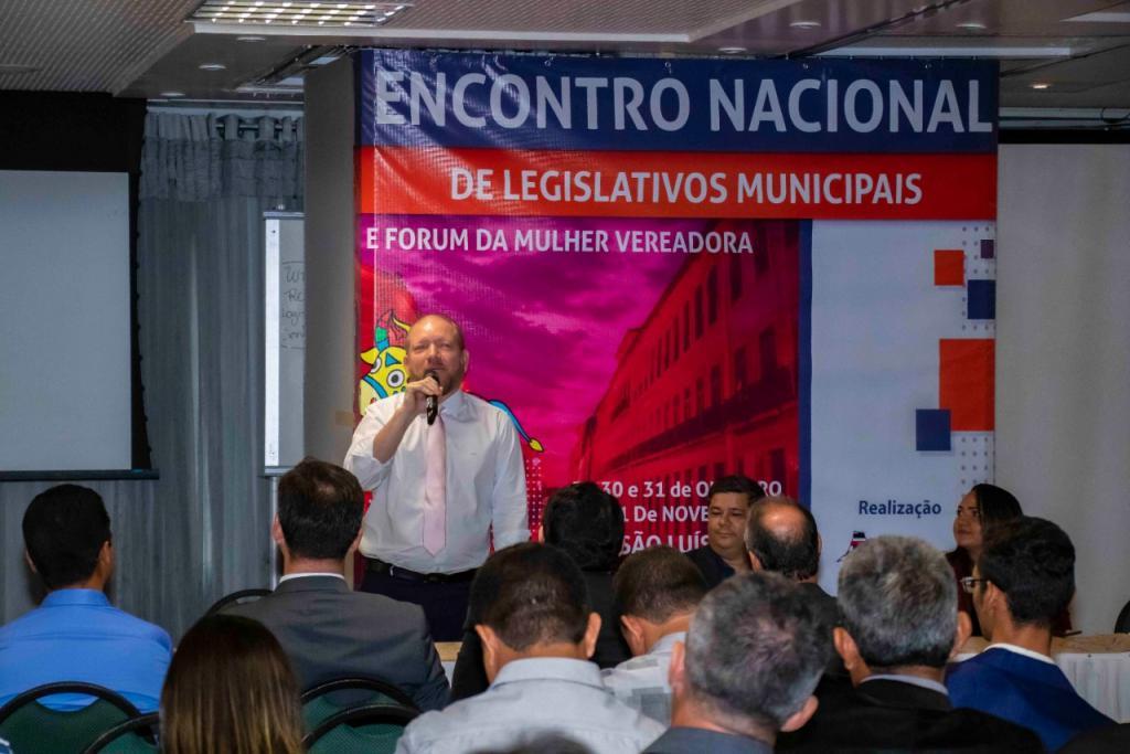 Othelino Neto ministra palestra sobre Fortalecimento do Legislativo Municipal em Encontro Nacional de Vereadores