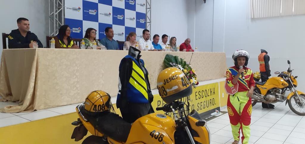 Weverton participa de entrega de coletes retrorrefletivos para condutores profissionais de motocicletas