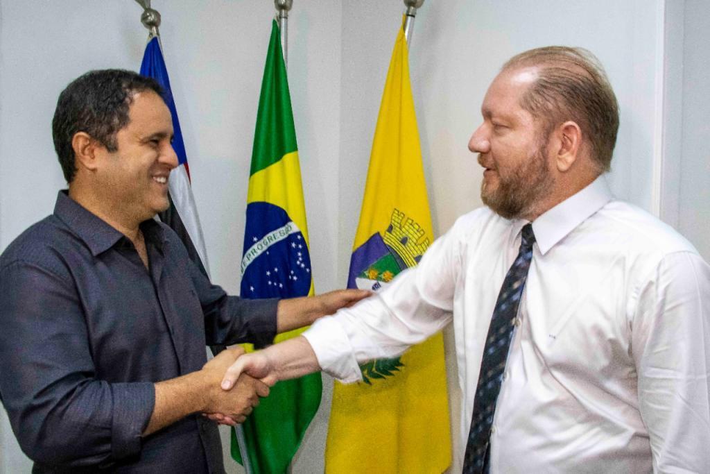 Othelino Neto destina duas ambulâncias para São Luís