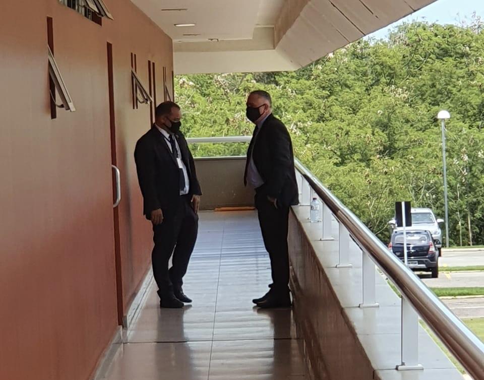 Seguranças fazem escolta para evitar que Duarte e Yglésio se agridam